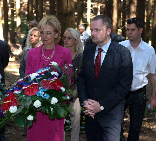 Ministr Petr Fiala a jeho náměstkyně Eva Bartoňová při uctění památky obětí romského holocaustu v Hodoníně u Kunštátu