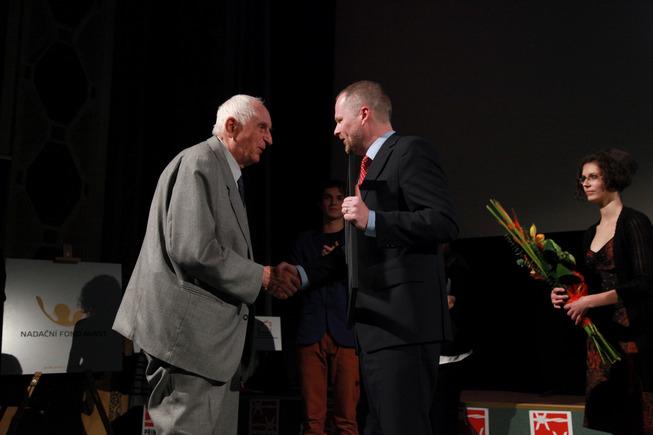 Ministr Fiala předává Cenu Příběhů bezpráví Oldřichu Čapkovi