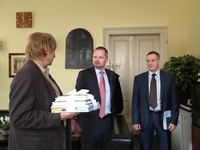 Ministr Fiala na návštěvě školy pro sluchově postižené