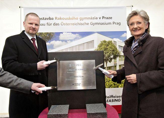"""Petr Fiala a Claudia Schmied """"poklepali"""" na základní kámen budovy Rakouského gymnázia v Praze."""