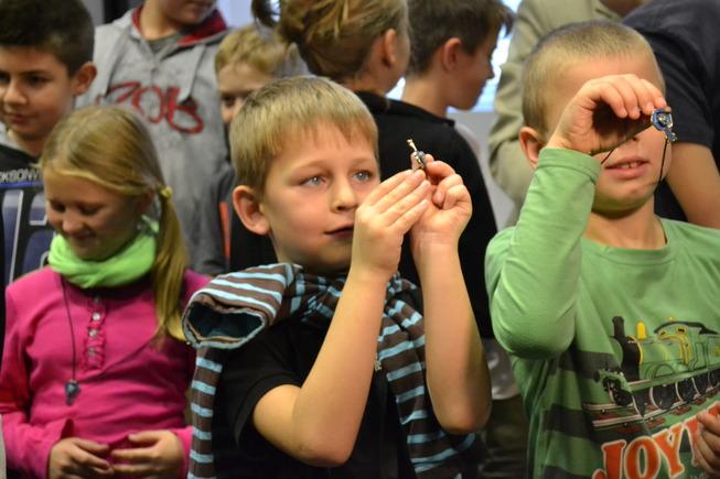 Děti si prohlížejí klíčky – symboly otevírání Brány k druhým