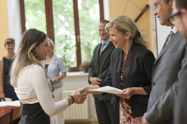 Ministryně Kateřina Valachová - předání vysvědčení