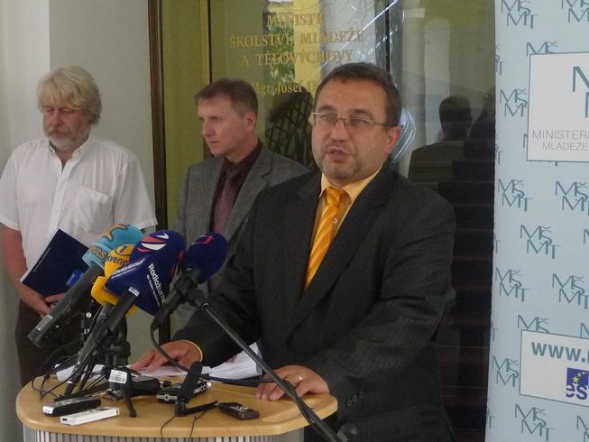 Ministr Dobeš na tiskové konferenci