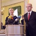 Premiér Bohuslav Sobotka uvádí ministryni Kateřinu Vlachovou do úřadu
