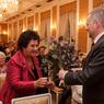 Ministr školství Fiala předává kytku