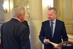 Prof. RNDr. Jiří Komárek, DrSc. přebírá cenu z rukou ministra Petra Fialy