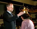 Ministr Petr Fiuala korunuje vítězku ankety Zlatý Ámos 2013